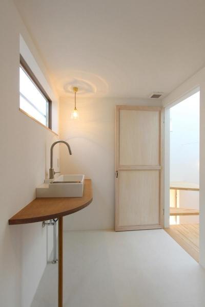 """『tsumiki』""""個""""の空間を強調、多様な居場所を持つ住宅 (すっきりとした洗面室)"""