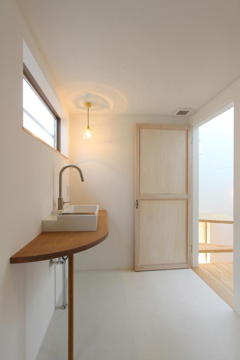 "『tsumiki』""個""の空間を強調、多様な居場所を持つ住宅の部屋 すっきりとした洗面室"