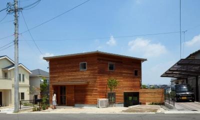 『はざまの家/The Frontier House』家族と自然をつなぐ家 (ウッディな外観)