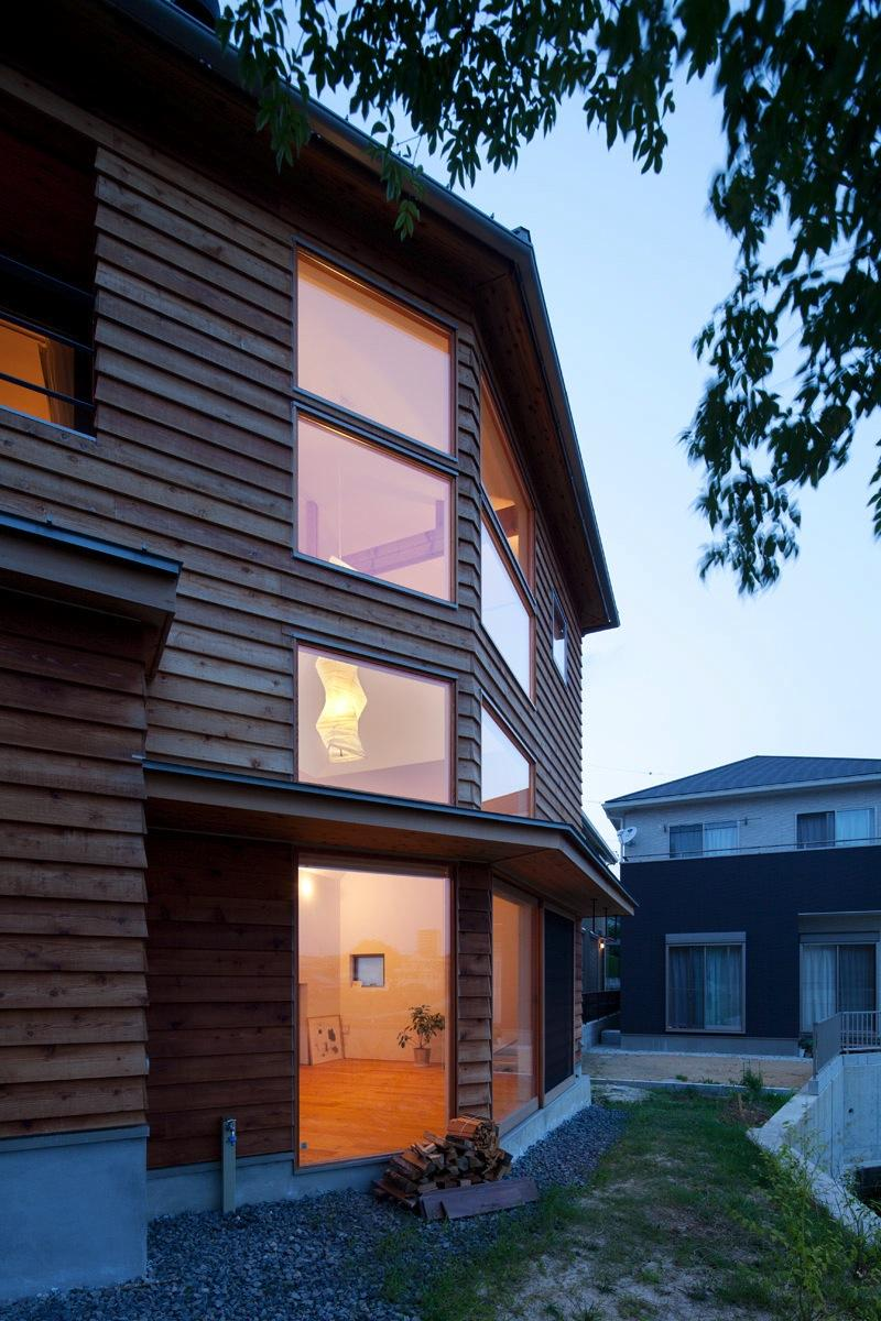 『はざまの家/The Frontier House』家族と自然をつなぐ家 (外観-庭側)