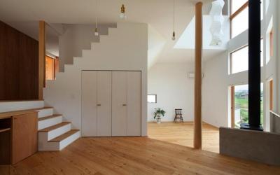 『はざまの家/The Frontier House』家族と自然をつなぐ家 (ダイニング-階段下収納)