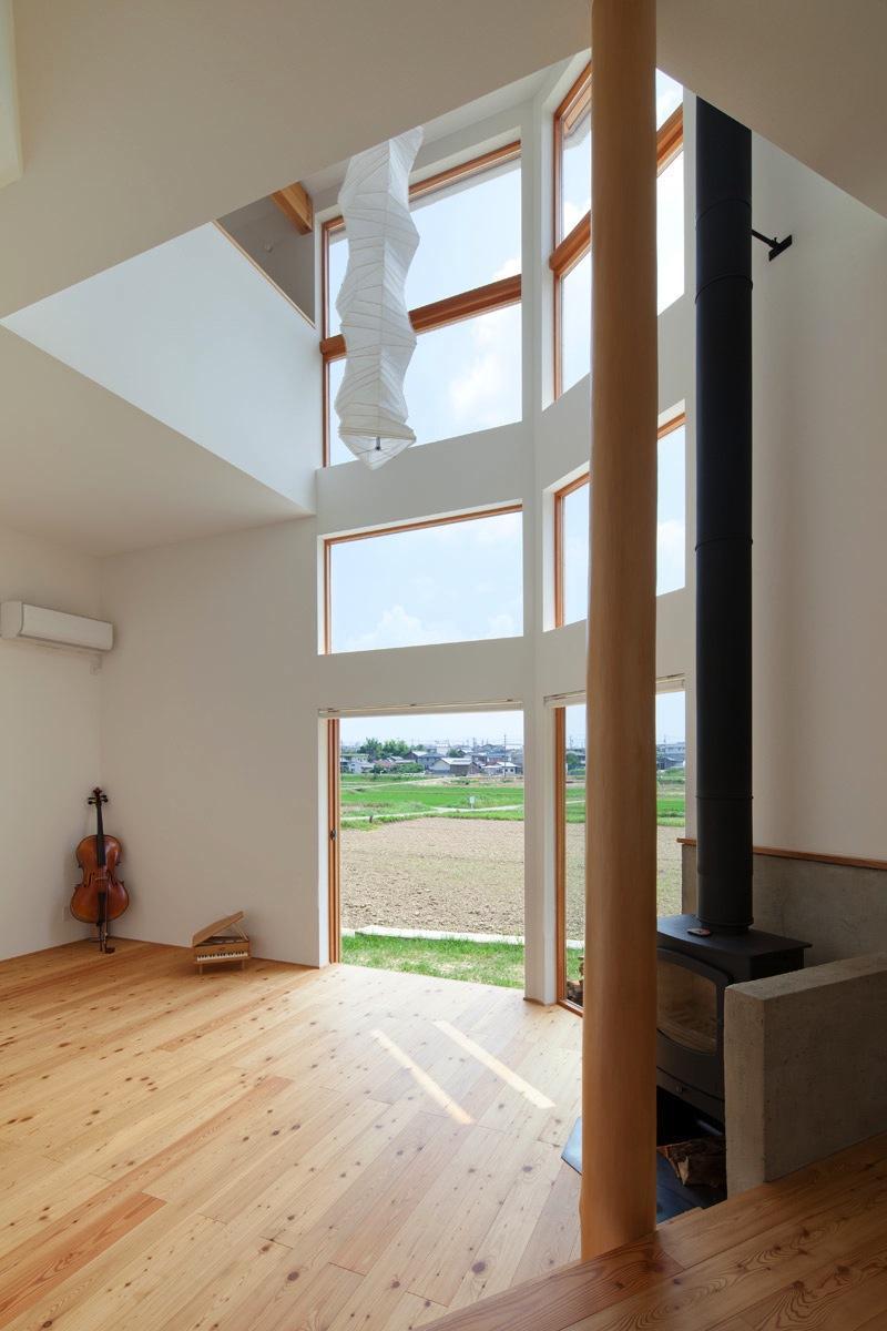 『はざまの家/The Frontier House』家族と自然をつなぐ家 (ダイニングよりリビングを見る)