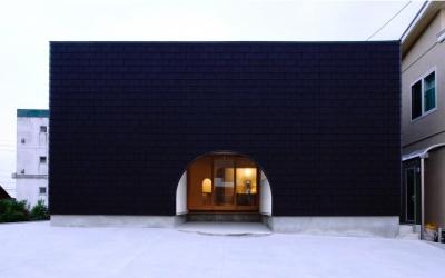 『奇箱 / KIBAKO』明るく開放的な、豊かな空間づくり (アーチがアクセントの外観)