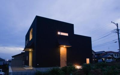 外観夕景 (『奇箱 / KIBAKO』明るく開放的な、豊かな空間づくり)