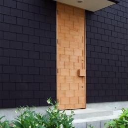 外壁と模様が同化する玄関ドア