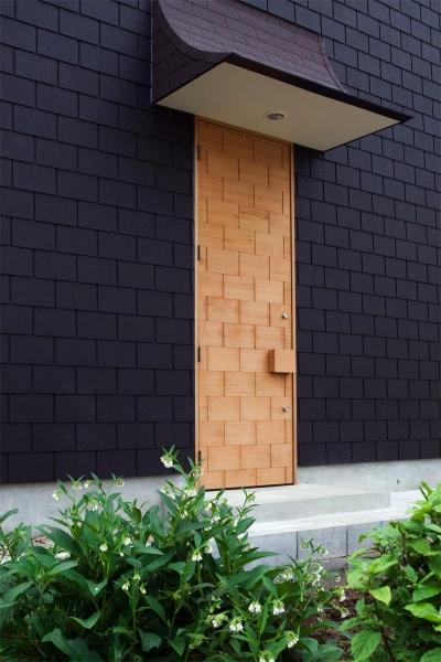 『奇箱 / KIBAKO』明るく開放的な、豊かな空間づくり (外壁と模様が同化する玄関ドア)