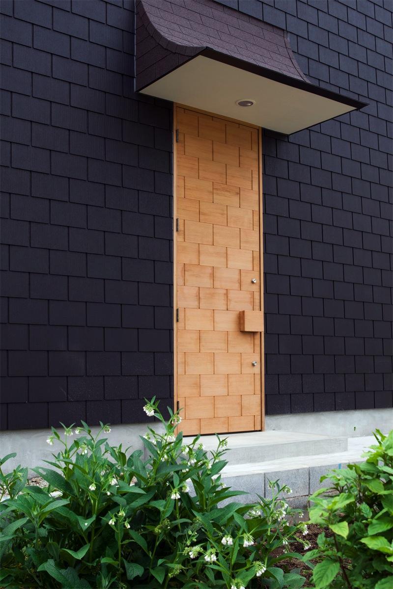 『奇箱 / KIBAKO』明るく開放的な、豊かな空間づくりの部屋 外壁と模様が同化する玄関ドア