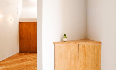 『奇箱 / KIBAKO』明るく開放的な、豊かな空間づくり (玄関-三角コーナー収納)