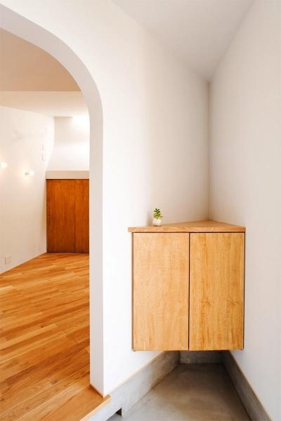 玄関-三角コーナー収納 (『奇箱 / KIBAKO』明るく開放的な、豊かな空間づくり)