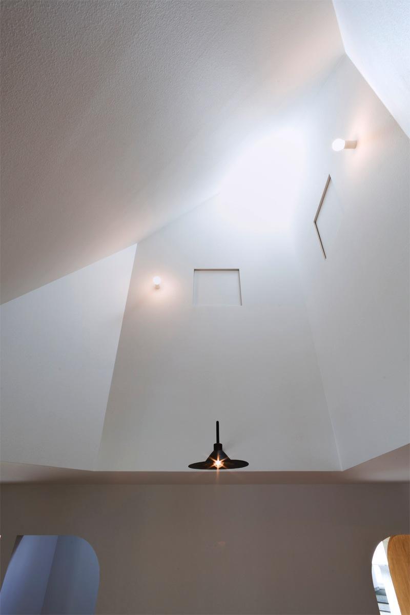 『奇箱 / KIBAKO』明るく開放的な、豊かな空間づくりの部屋 吹き抜け-トップライト
