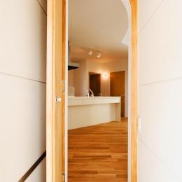 キッチンを見る (『奇箱 / KIBAKO』明るく開放的な、豊かな空間づくり)