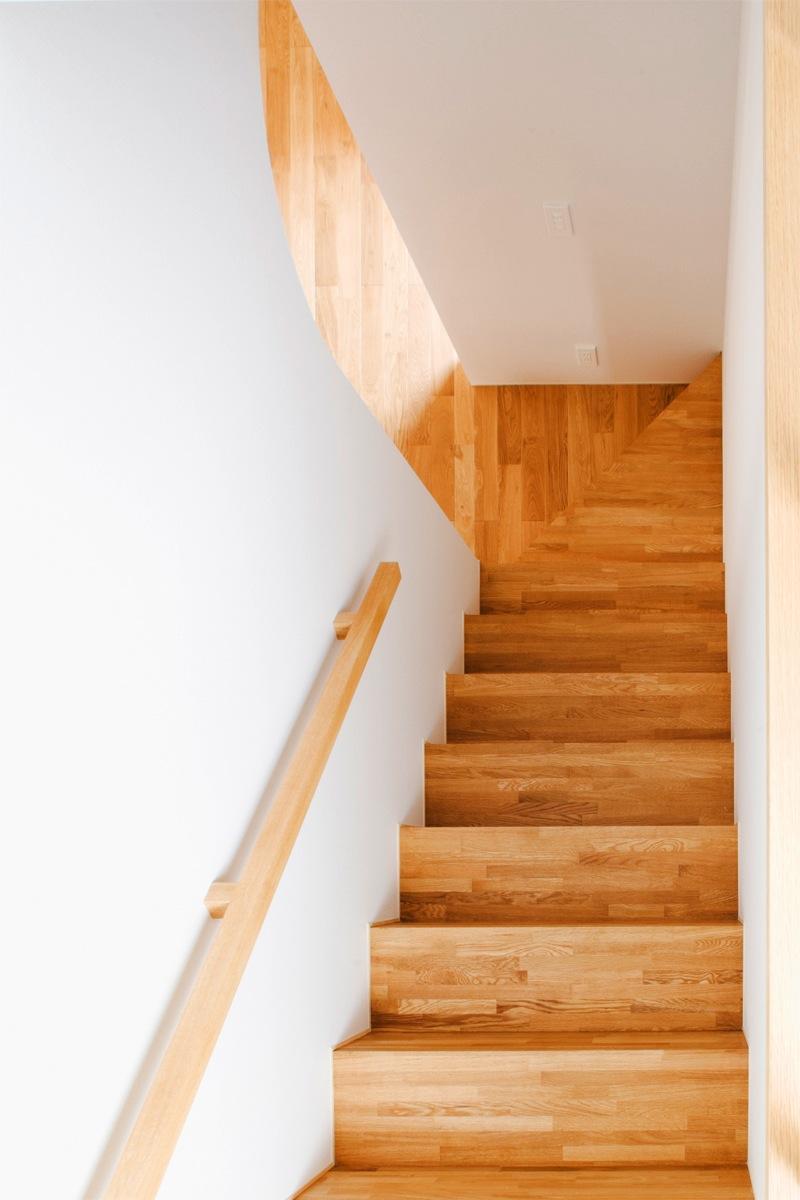 『奇箱 / KIBAKO』明るく開放的な、豊かな空間づくり (明るい階段室)