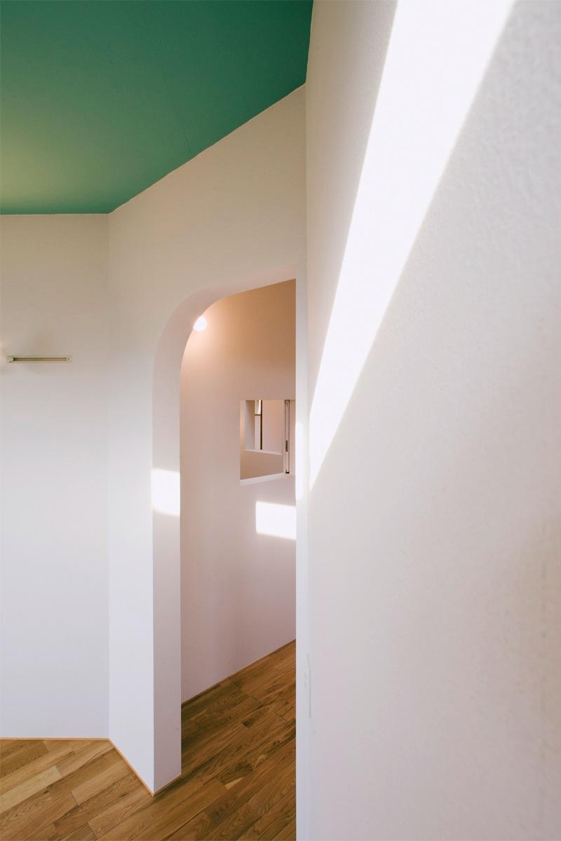 『奇箱 / KIBAKO』明るく開放的な、豊かな空間づくり (入口-アールの開口で統一)