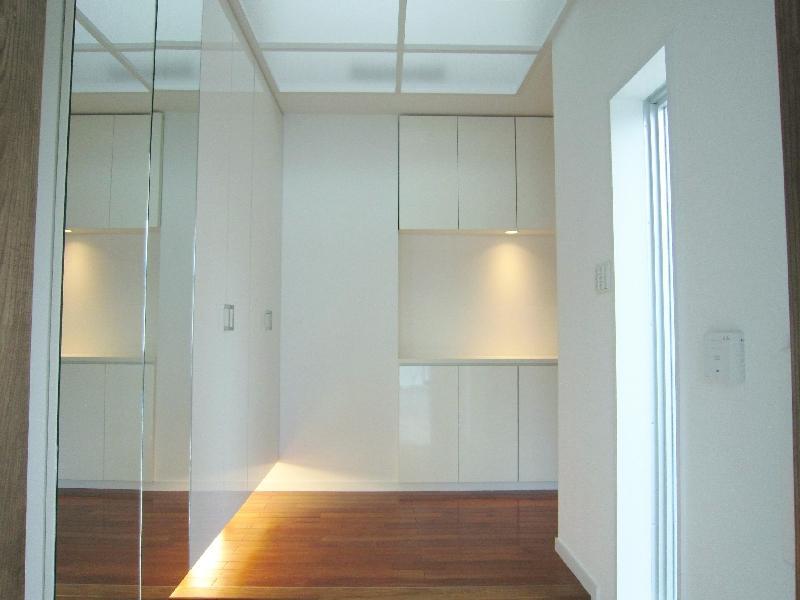 『A-house』光を取り込む住まいの写真 トップライトより光が落ちる玄関
