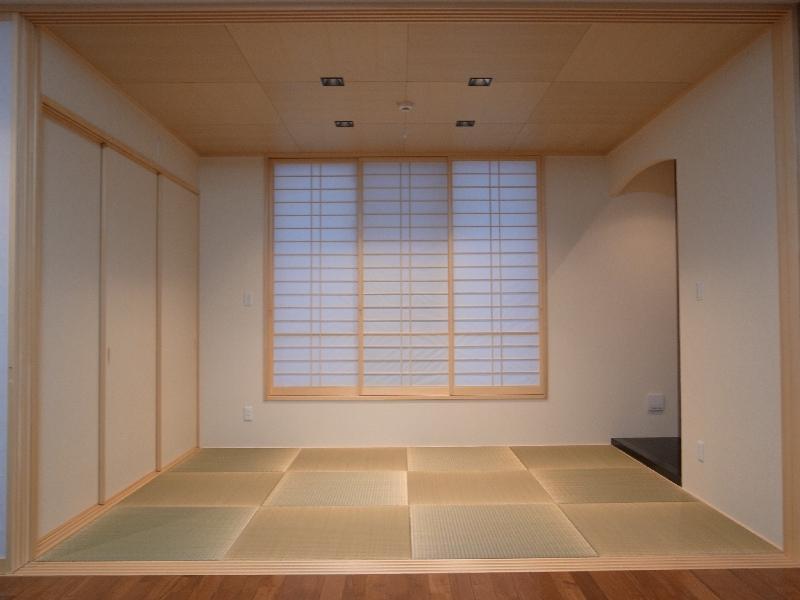 『A-house』光を取り込む住まいの写真 リビングと一体になる和室