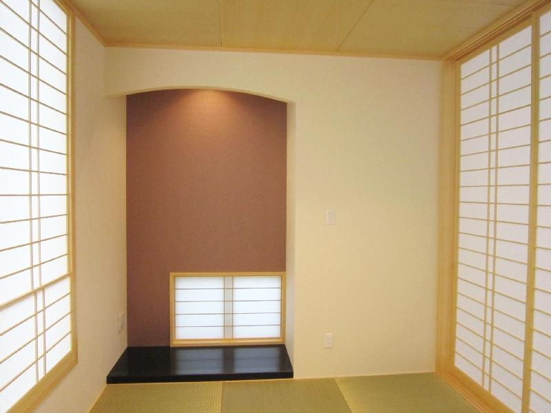『A-house』光を取り込む住まいの写真 和室-床の間