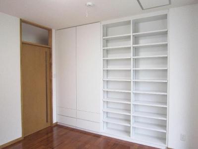 2階洋室-壁面収納 (『A-house』光を取り込む住まい)