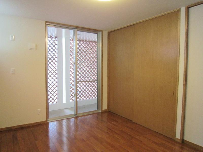 『A-house』光を取り込む住まいの写真 バルコニーのある寝室