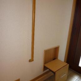 1階玄関-腰掛と手摺