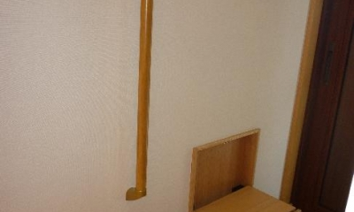『H-house』自然素材の二世帯住宅 (1階玄関-腰掛と手摺)