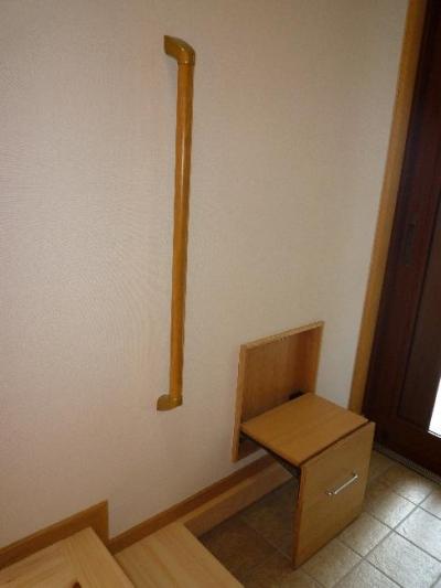 1階玄関-腰掛と手摺 (『H-house』自然素材の二世帯住宅)