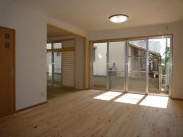 『H-house』自然素材の二世帯住宅 (無垢フローリングの親世帯リビング)