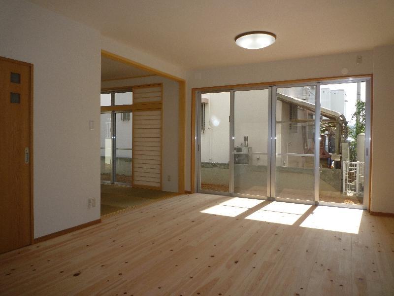 『H-house』自然素材の二世帯住宅の部屋 無垢フローリングの親世帯リビング