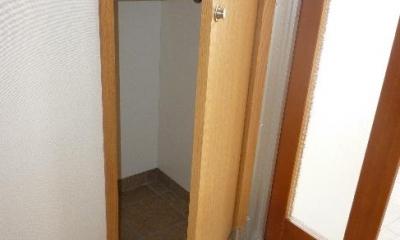 『H-house』自然素材の二世帯住宅 (2階玄関-傘収納)