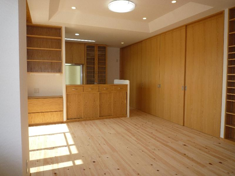 『H-house』自然素材の二世帯住宅の部屋 木の温もり感じる2階子世帯LDK