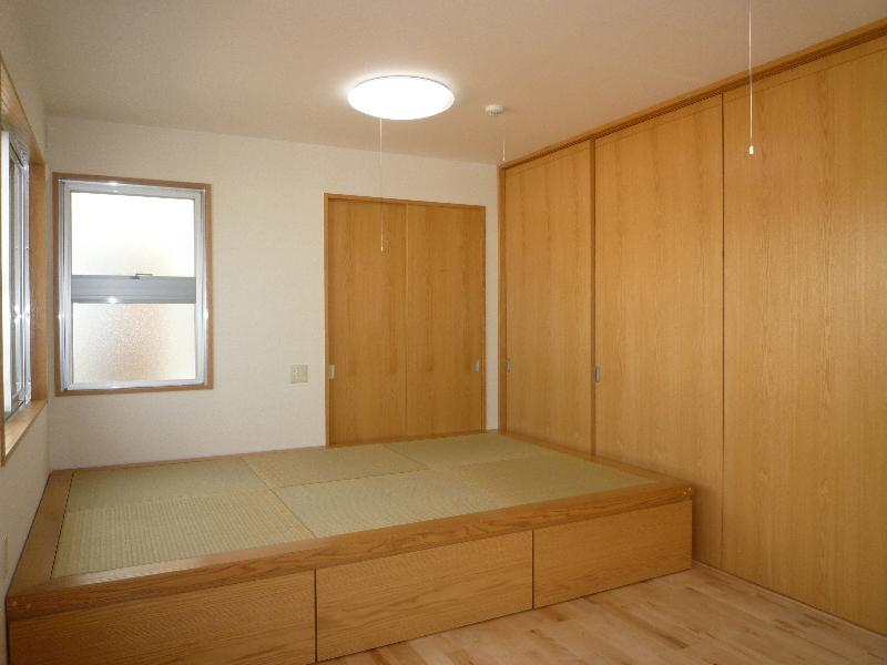 『H-house』自然素材の二世帯住宅の部屋 畳スペースのある子供室