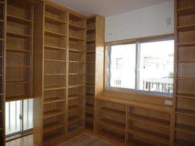可動式本棚のある2階書斎 (『H-house』自然素材の二世帯住宅)