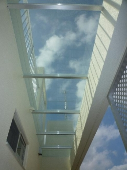 『H-house』自然素材の二世帯住宅 (外階段上部の庇)