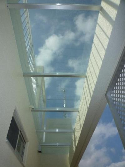 外階段上部の庇 (『H-house』自然素材の二世帯住宅)