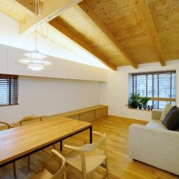 『岡崎・城南町の家』明るく健康的な二世帯住宅 (白と木目を組み合わせたリビングダイニング)