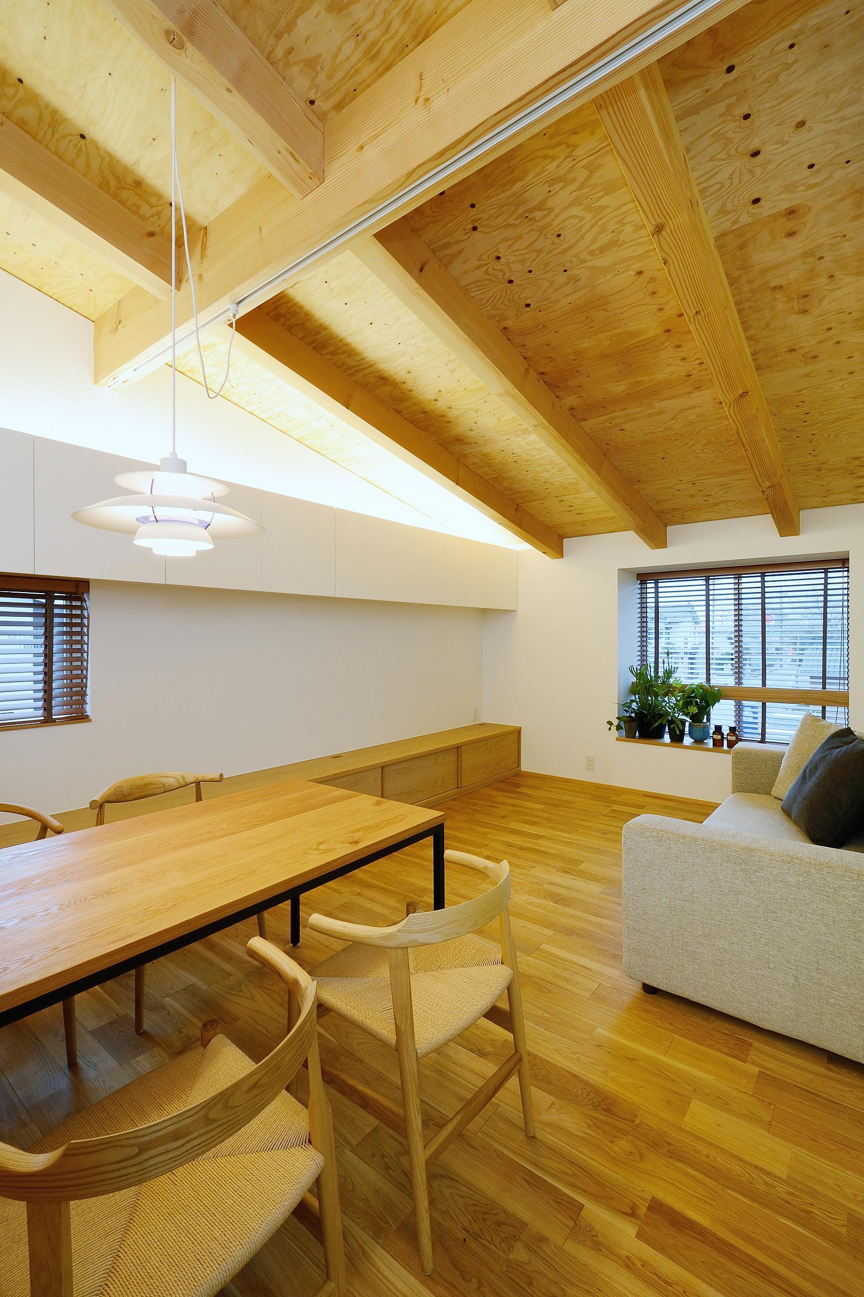 『岡崎・城南町の家』明るく健康的な二世帯住宅の部屋 白と木目を組み合わせたリビングダイニング