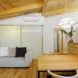 『岡崎・城南町の家』明るく健康的な二世帯住宅 (勾配天井のLDK)