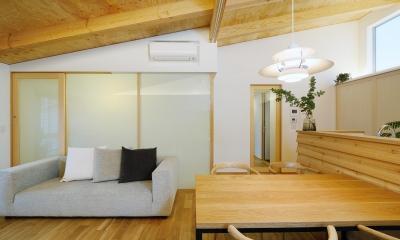 勾配天井のLDK 『岡崎・城南町の家』明るく健康的な二世帯住宅