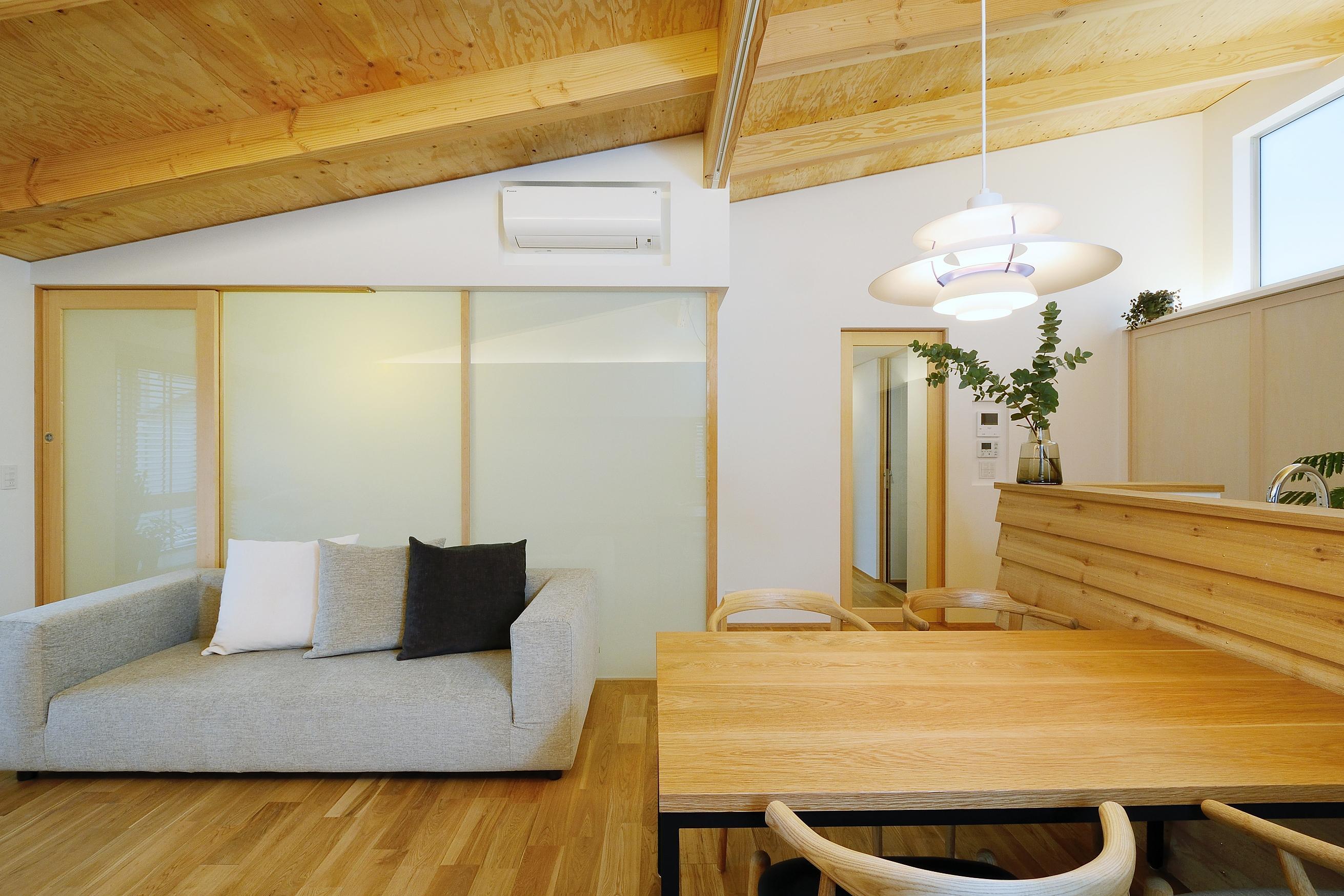 『岡崎・城南町の家』明るく健康的な二世帯住宅の部屋 勾配天井のLDK