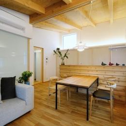 『岡崎・城南町の家』明るく健康的な二世帯住宅 (優しい光の差し込むLDK)