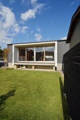 『蒲郡・西浦の家』時間がゆったり流れる寛ぎの平屋住宅 (外観-庭側)