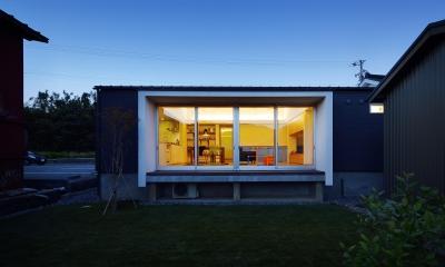 外観-庭側夜景 『蒲郡・西浦の家』時間がゆったり流れる寛ぎの平屋住宅