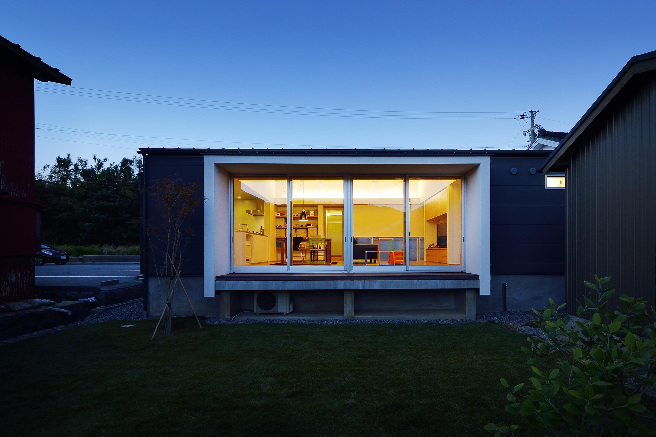 『蒲郡・西浦の家』時間がゆったり流れる寛ぎの平屋住宅の部屋 外観-庭側夜景