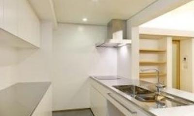 『蒲郡・西浦の家』時間がゆったり流れる寛ぎの平屋住宅 (白基調の対面式キッチン)