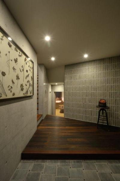 上質な雰囲気漂う玄関ホール (『名古屋・瑞穂区の家』不思議な奥行感のある住宅)