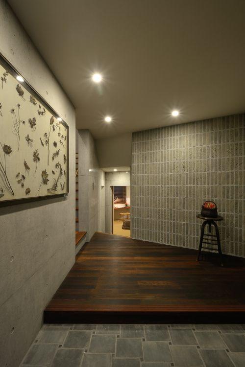 『名古屋・瑞穂区の家』不思議な奥行感のある住宅 (上質な雰囲気漂う玄関ホール)