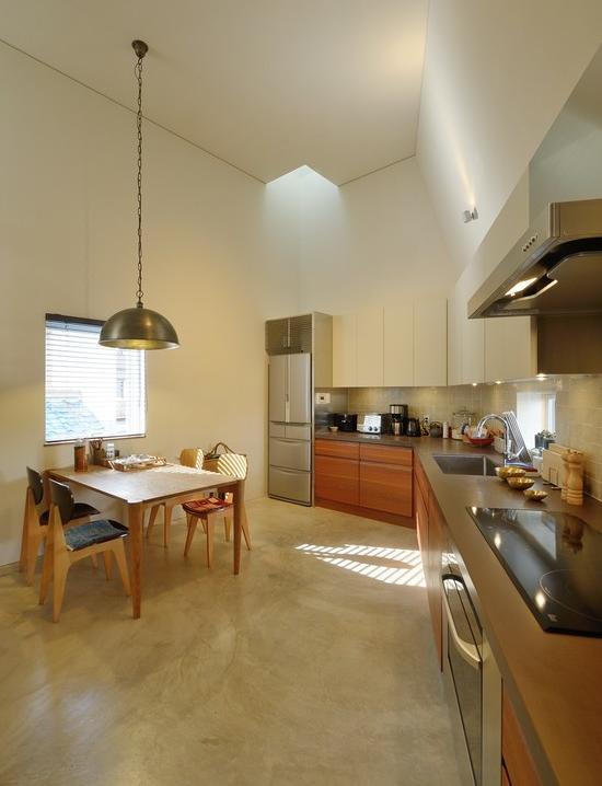 『名古屋・瑞穂区の家』不思議な奥行感のある住宅 (吹き抜けのダイニングキッチン)