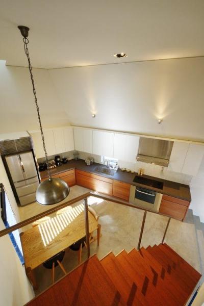 ダイニングキッチンを見下ろす (『名古屋・瑞穂区の家』不思議な奥行感のある住宅)