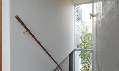 『名古屋・瑞穂区の家』不思議な奥行感のある住宅 (明るい光の入る階段室)