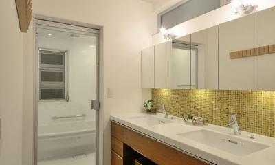 『名古屋・瑞穂区の家』不思議な奥行感のある住宅 (モダンな洗面室・浴室)