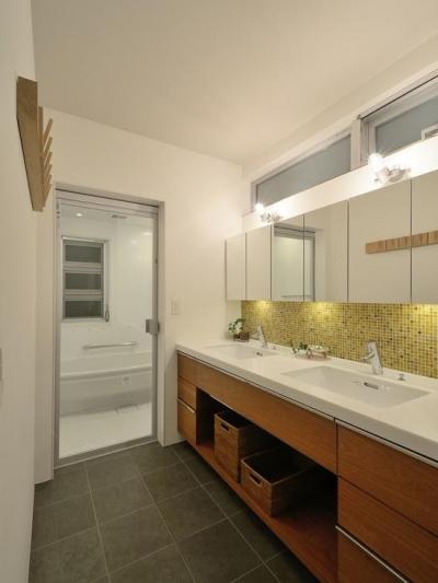 モダンな洗面室・浴室 (『名古屋・瑞穂区の家』不思議な奥行感のある住宅)